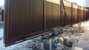 Простота монтажа откатных ворот позволяет любому сделать конструкцию своими руками